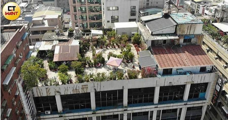 戴崇慶霸佔日榮大樓13樓頂公共空間,除了加蓋違建鐵皮屋供自住,還出租3間套房,當起「無本包租公」。(圖/讀者提供)
