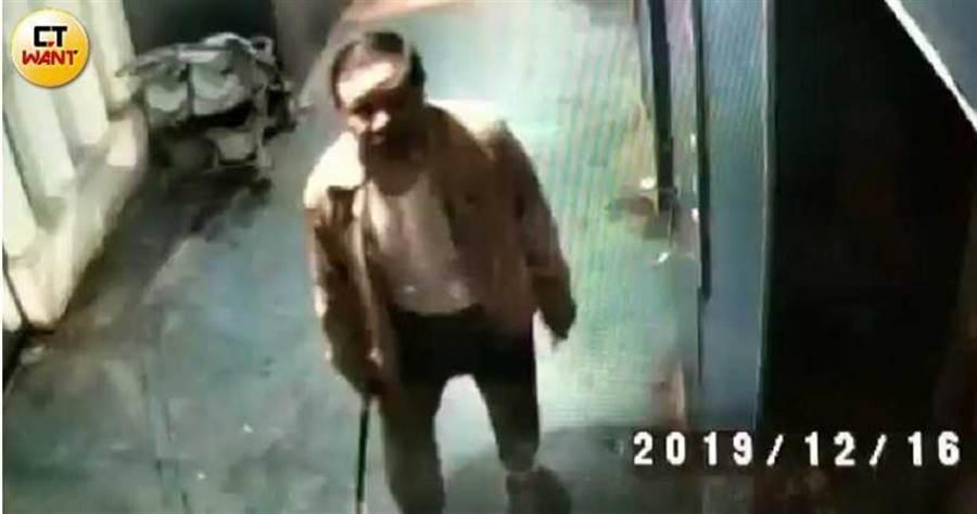 崇慶認為管委會只針對他,多次用拐杖搗毀大樓監視器,引起住戶不滿。(圖/讀者提供)