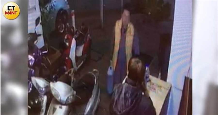 住戶指控,戴崇慶深夜買了兩大桶疑似汽油進大樓,恐嚇意味濃厚。(圖/讀者提供)