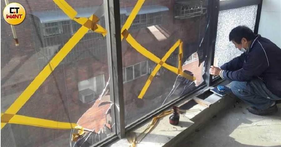 住戶控訴,戴崇慶各種報復手段,甚至還闖入住家,破壞住戶門窗玻璃。(圖/讀者提供)