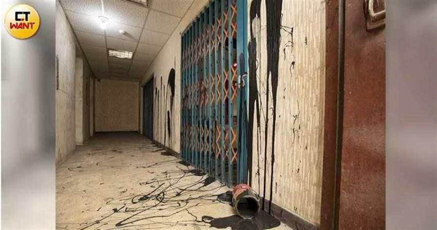 日榮大樓4樓住戶疑似被戴崇慶潑大量黑漆,門口乳白牆上還有髒黑漆,相當刺眼。(圖/宋岱融攝)