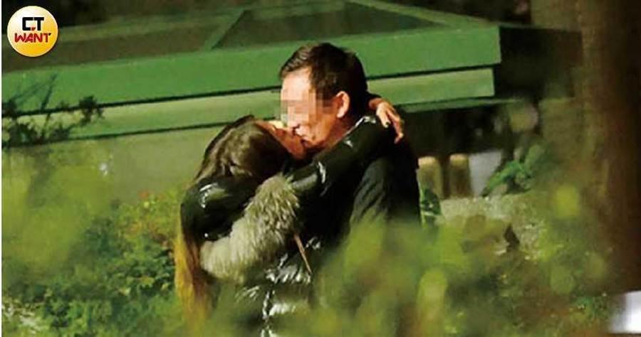 去年底本刊直擊陳綺貞與已婚的林男街頭激吻,女神慘淪小三。(圖/本刊攝影組)