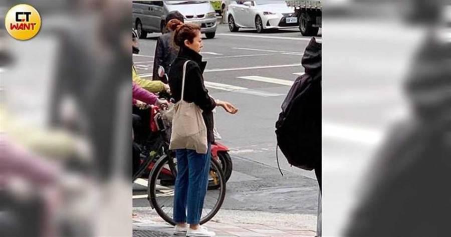 未戴口罩的陳綺貞現身東區街頭,雙頰凹陷讓人不捨。(圖/本刊攝影組)