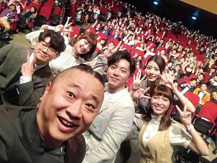 結束日本行程回國6天後,《木曜4超玩》團隊全程無罩參加頒獎典禮。(圖/翻攝自木曜4超玩臉書)