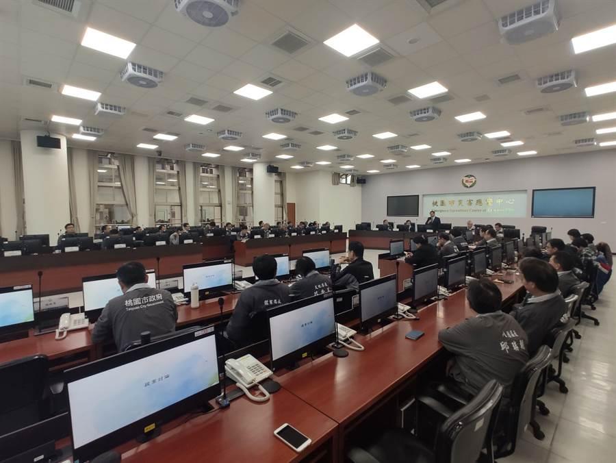 桃園市防疫會議10日舉辦,桃園市消防局表示,接獲中央指示,今(10日)晚希望待命10車20人的救護車。(賴佑維攝)