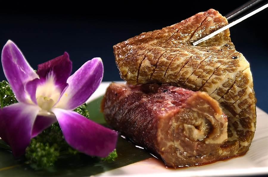 無輪日式或韓式,坊間多數燒肉店的肉都是機器分切,立足市場17年的〈兩班家〉韓式燒烤則堅持廚師手切,且正反兩面都會斜刻出紋路方便燒烤。(圖/姚舜)