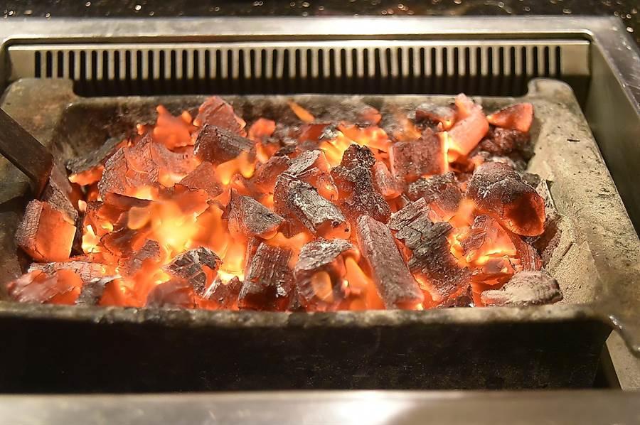 〈兩班家〉韓式燒烤是用以炭火為熱源燒烤,烤出的肉類比電烤或瓦斯烤風味更好。(圖/姚舜)
