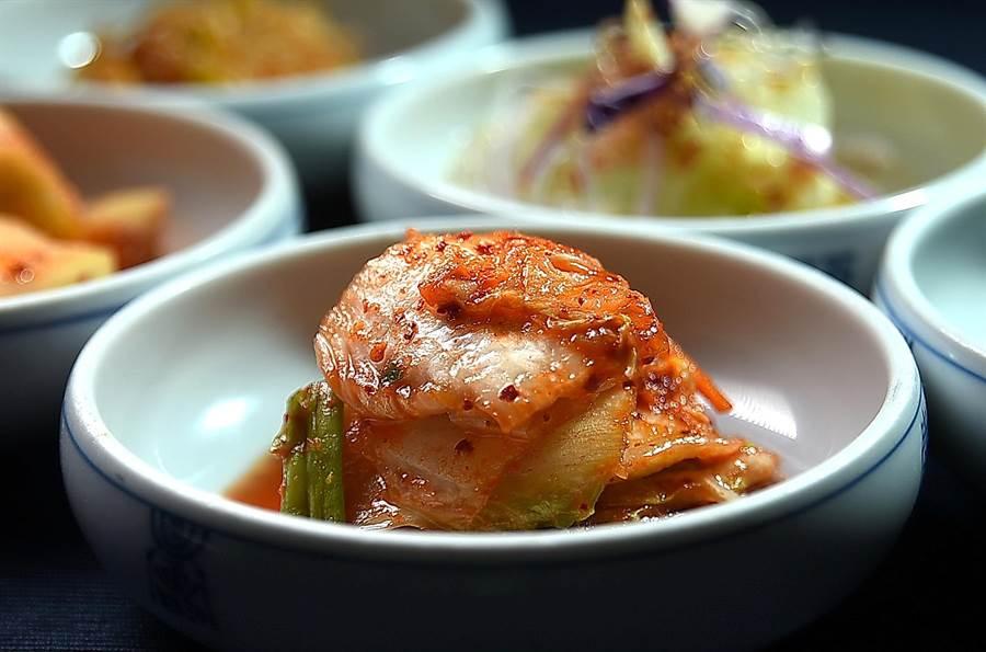 〈兩班家〉韓國燒烤餐廳的泡菜有12種,其中的白菜是自韓國進口,特別清脆。(圖/姚舜)