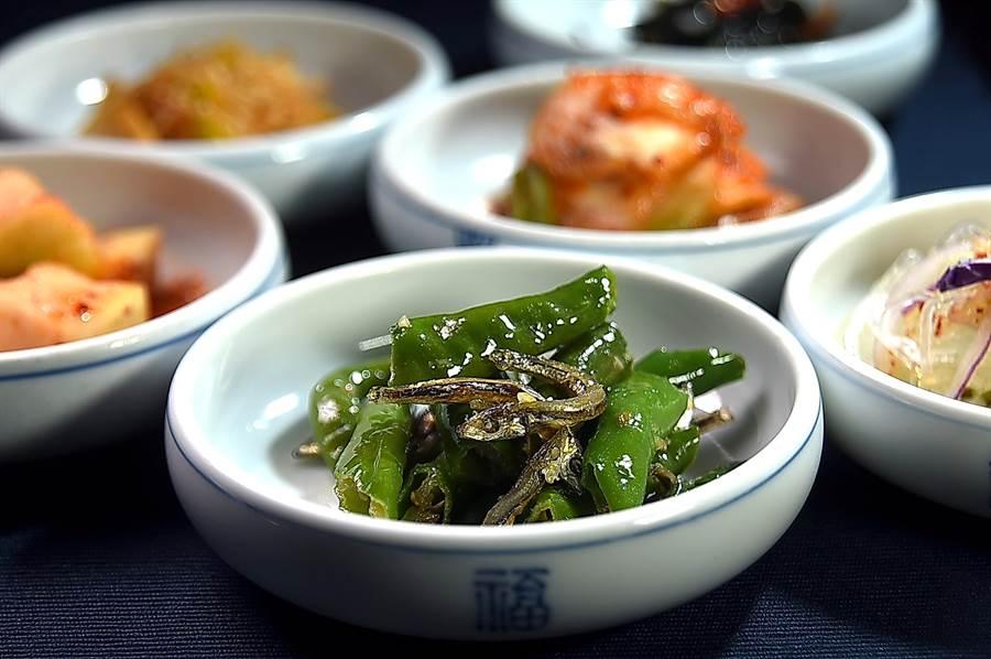 〈兩班家〉韓式燒烤餐廳的〈韓式辣椒小魚乾〉,吃來其實不辣,卻很開胃。(圖/姚舜)