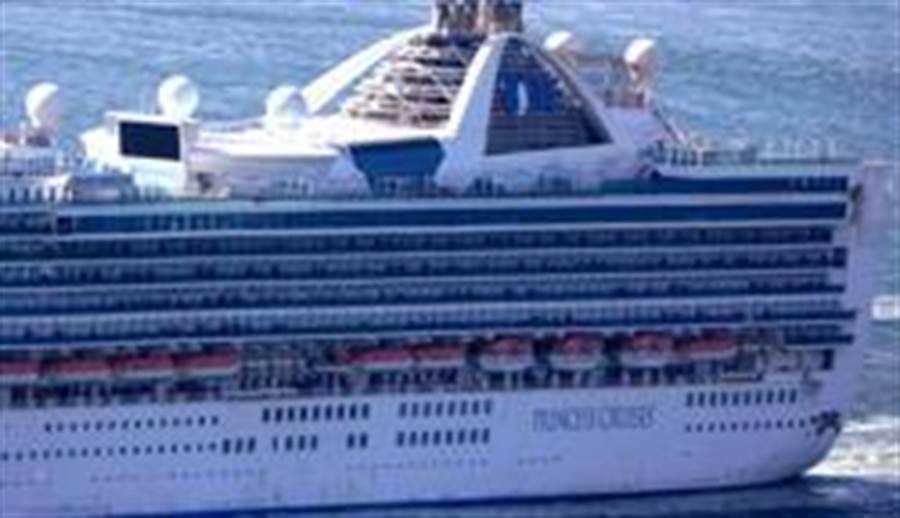 3月9日,在美國舊金山,「至尊公主」號郵輪航行至金門大橋附近。(照片取自新華社)