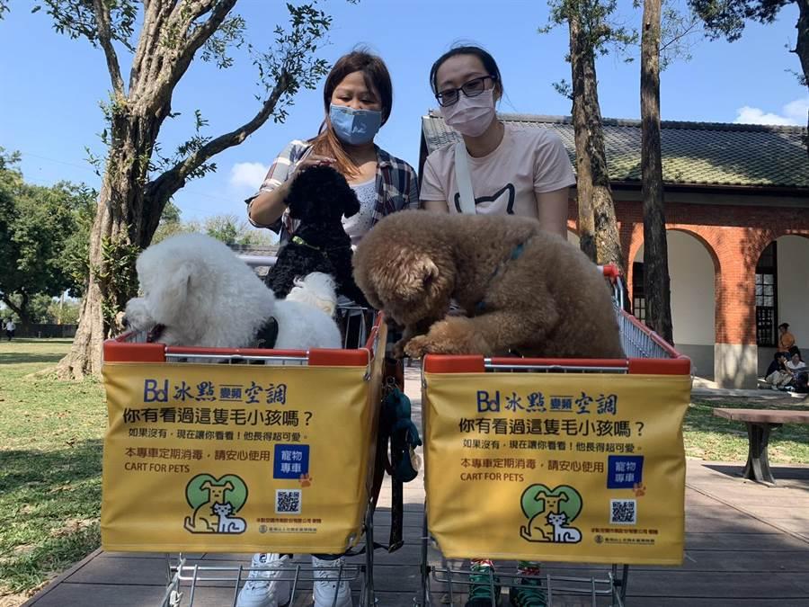 山上區在地企業冰點冷氣捐贈10台寵物推車給山上花園水道博物館。(台南市文化局提供/劉秀芬台南傳真)