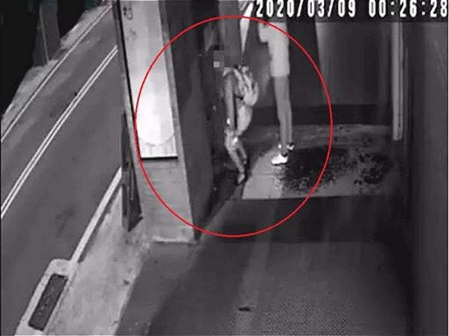 長髮妹被監視器拍到在騎樓脫下內褲「解放」,影片被傳到網路。(圖/翻攝新竹爆料公社)