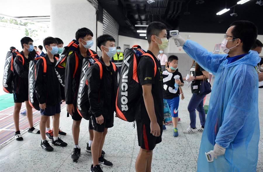 全中運資格賽首日開打,選手及教練入場都必須嚴格遵守防疫規範。(林和生攝)