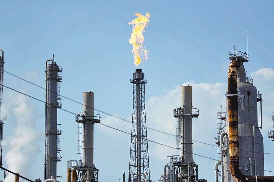 國際油價近兩個交易慘崩35%,周二早盤反彈逾5%。(美聯社)