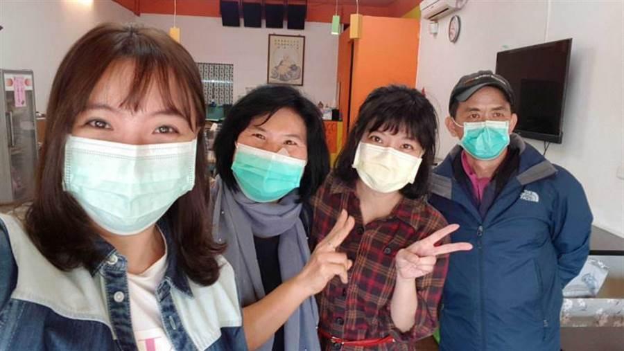 陳伶宣(左)與友人合作捐贈便當到醫院。(圖/陳伶宣提供)