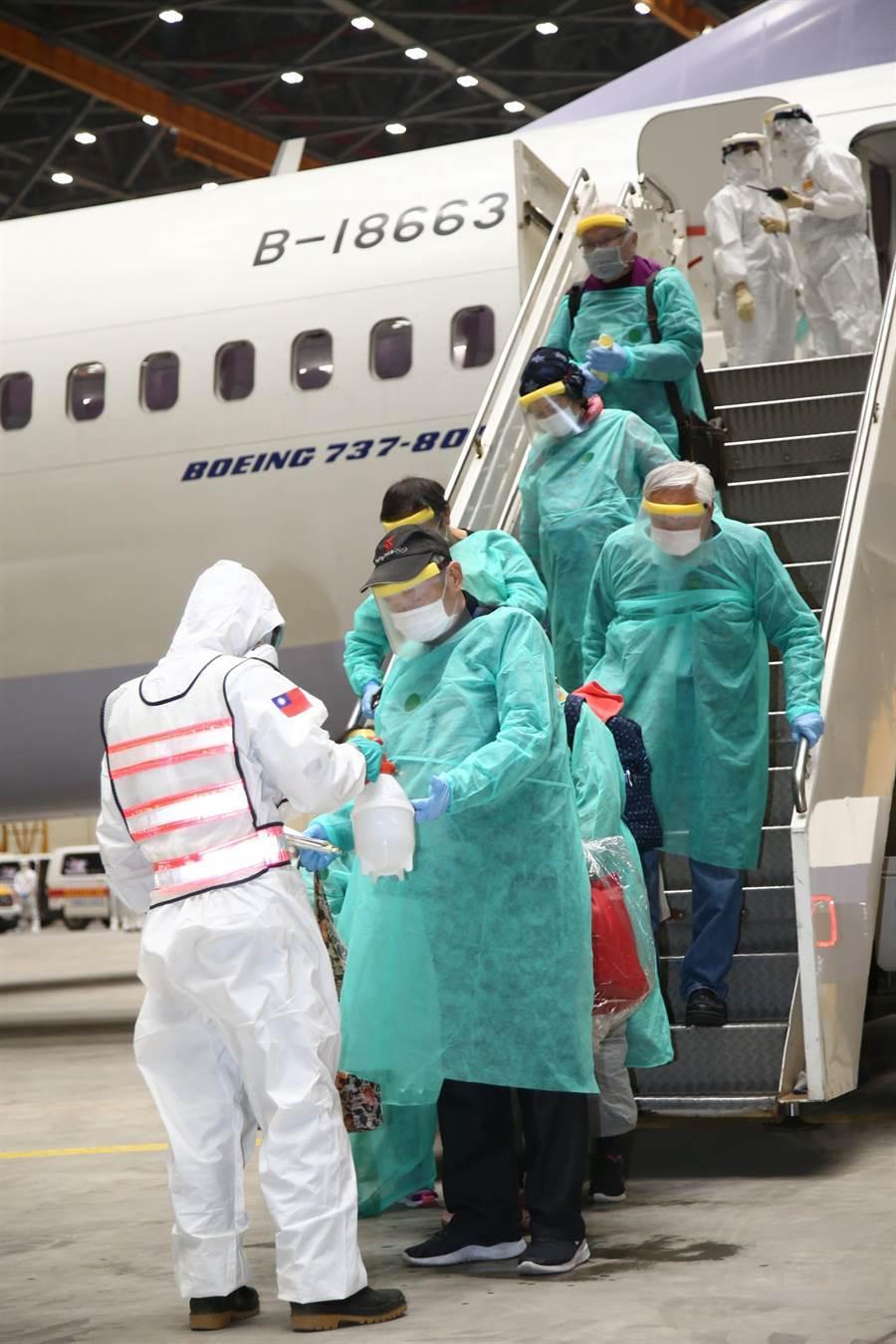 國防部派遣化學兵部隊,於桃園機場執行防疫消毒作業,為包機返台旅客消毒。(軍聞社)