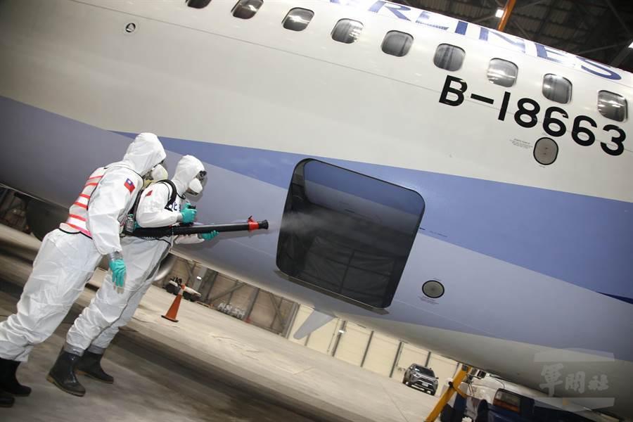 國防部派遣化學兵部隊,於桃園機場執行防疫消毒作業,為華航包機的鑽石公主號返台旅客消毒。(軍聞社)