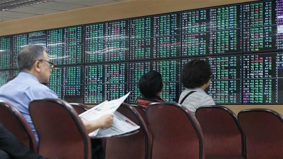 美股崩跌逾2000點,台股早盤最多跌逾140點,台積電直逼300元大關。(資料照)