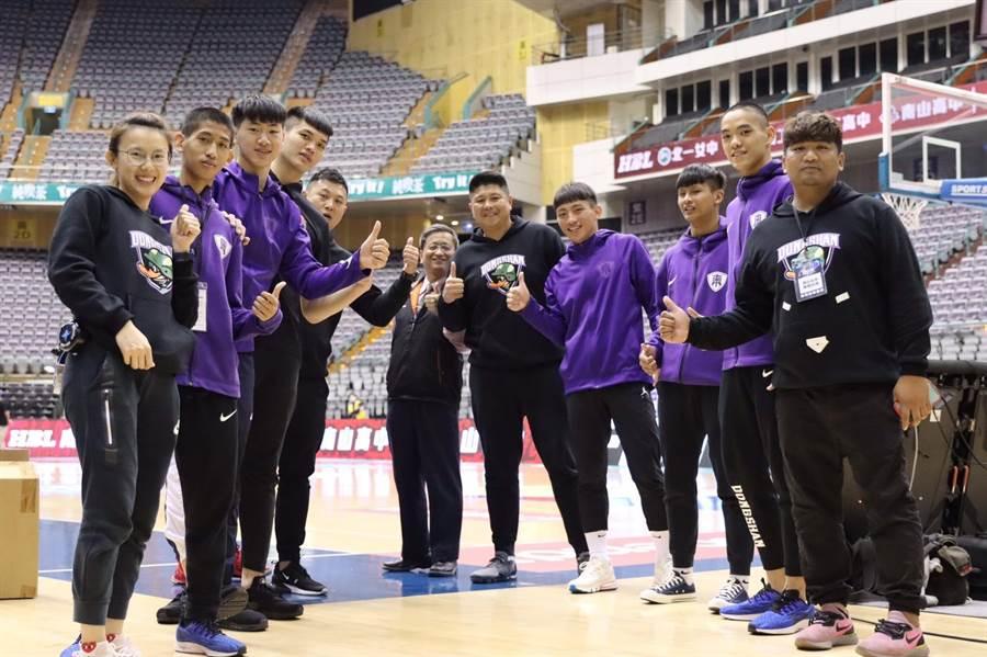 東山高中校長郭鴻耀全程在場上為選手加油打氣。(台中市政府教育局提供/陳世宗台中傳真)