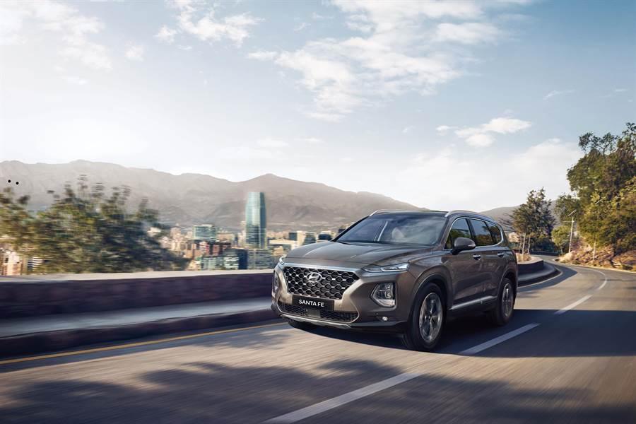 全新大七人座休旅SANTA FE,外觀延續家族SUV精神,放大的尺碼與豐富的線條,讓整體更具豪華氣勢。(南陽實業提供)