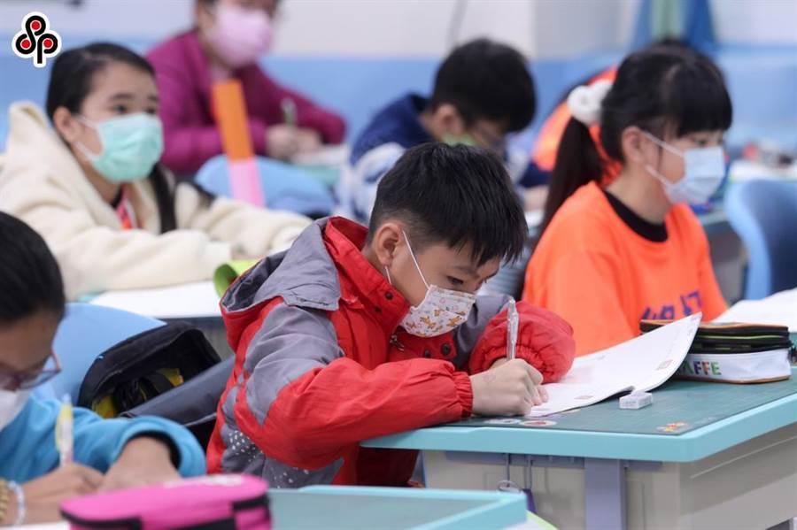 兒福聯盟今天公布防疫生活影響大調查結果發現,延後開學兩週間,僅有6.4%的家長有申請防疫照顧假。(報系資料照)