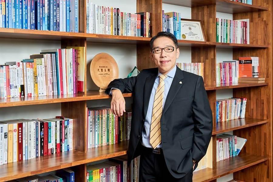 台灣金融研訓院院長黃崇哲出新書《鄉民的金融科技能量包》,期待讀者也能透過金融科技創造出新的金融夢想。(圖/台灣金融研訓院提供)