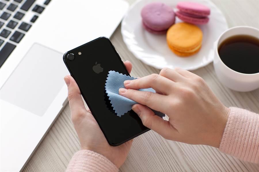 新冠肺炎防疫期間,如何妥善清潔手機且不會損害手機,是一大學問。(達志影像/shutterstock提供)