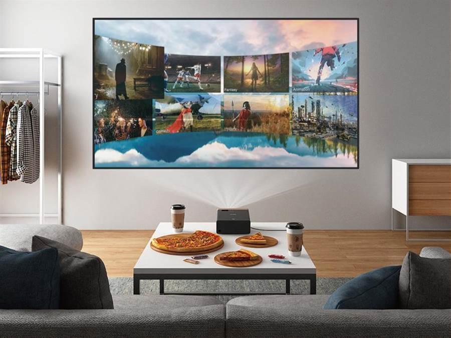 Epson推出EF-100WATV/EF-100BATV自由視移動光屏–Android TV升級版,內建Netflix、YouTube、Google Play Movie等影音串流App可立即觀看。(圖/Epson提供)