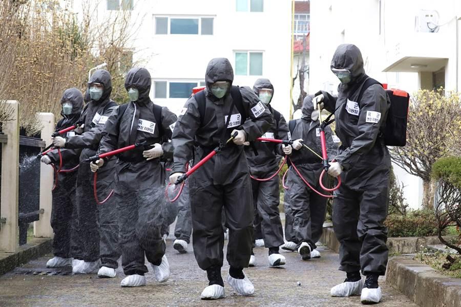 首爾再爆出大規模群聚感染事件,一間客服中心64人確診新冠肺炎。(資料照/美聯社)