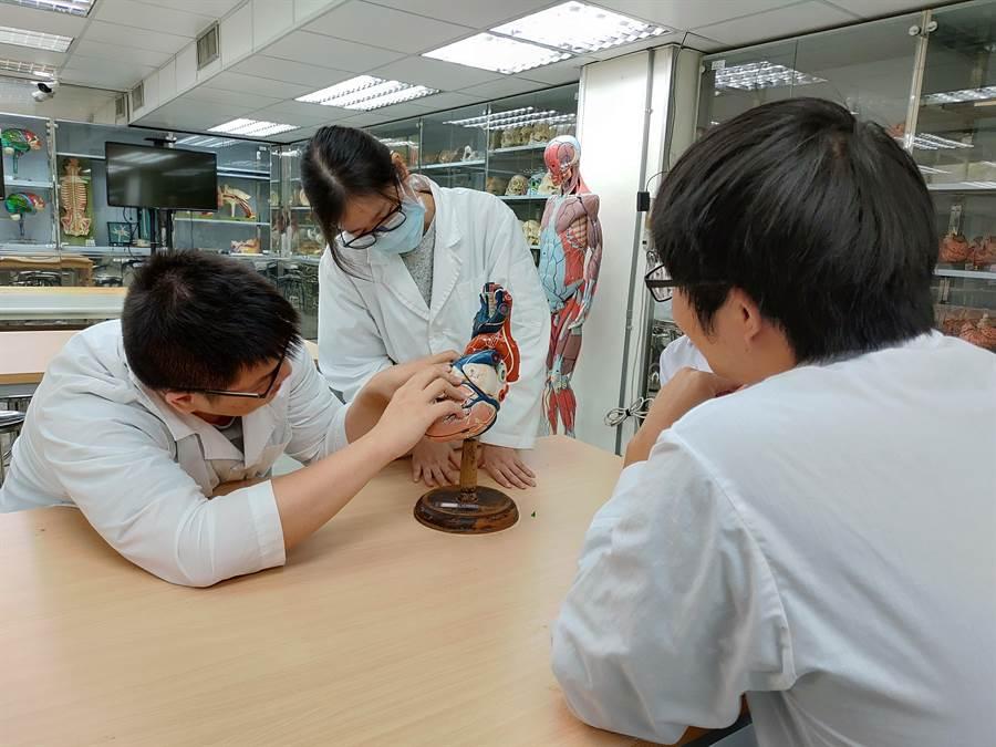 陽明大學今(10)日表示,醫學系於今年首創「醫師工程師組」,替台灣培育未來數位醫療產業人才,學生大六畢業時,不只可取得「醫學士」學位,還兼備「電資」專長。(陽明大學提供/李侑珊台北傳真)
