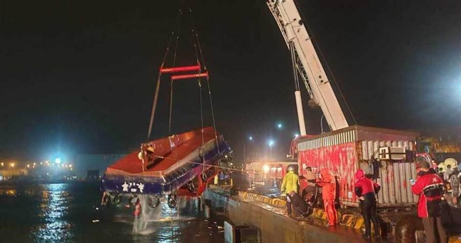香港籍貨輪9日晚間不慎撞到引水船,造成引水船上船長、船員落海身亡。(圖/翻攝畫面)
