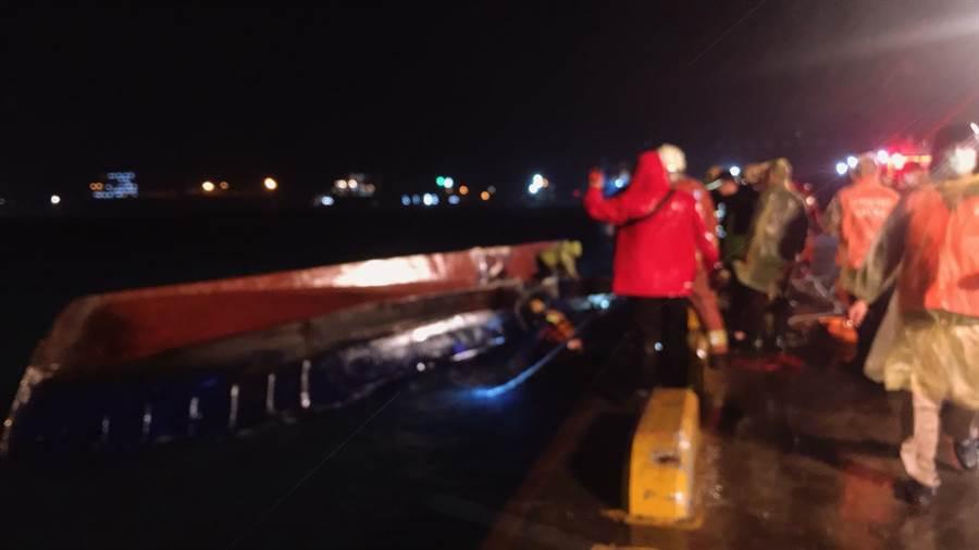 台北港貨輪撞翻領港船,造成船上一名船長及一名船員身亡。(翻攝照片╱吳亮賢新北傳真)