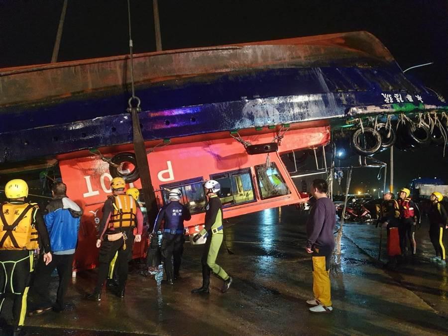 台北港貨輪撞領港船,今凌晨將領港船吊上岸。(翻攝照片╱吳亮賢新北傳真)