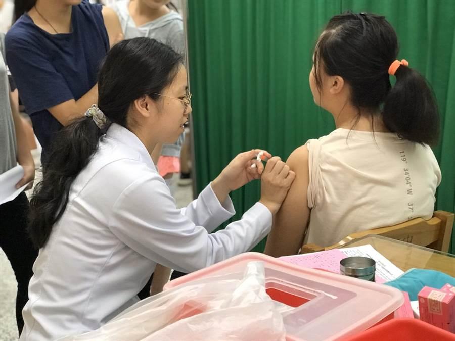 新竹市國中女生免費子宮頸癌(HPV)疫苗10日起免費全面開打。(陳育賢攝)