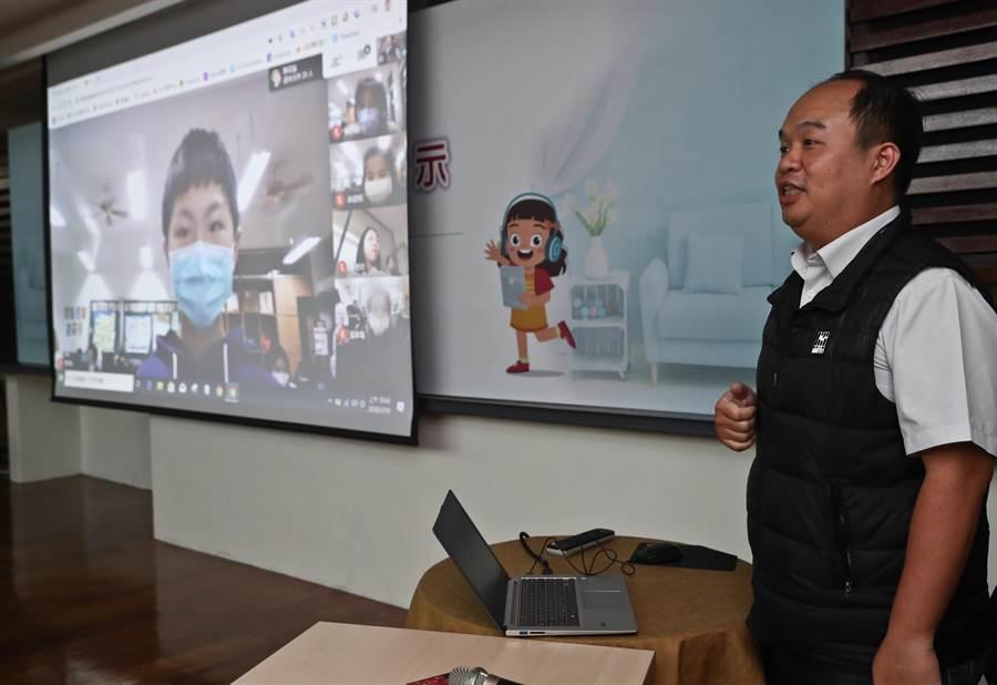 教育部10日舉行記者會,現場由新北市三峽區龍埔國民小學老師施信源(右)及學生們示範「一對多雙向視訊教學」。(劉宗龍攝)