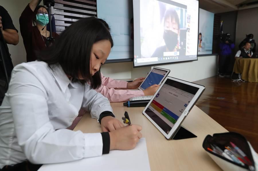 預防新冠肺炎疫情擴大,造成學校停課影響學生受教學習,新北三峽龍埔國小師生示範「一對多雙向視訊教學」展現「停課不停學」的教學方式。(劉宗龍攝)