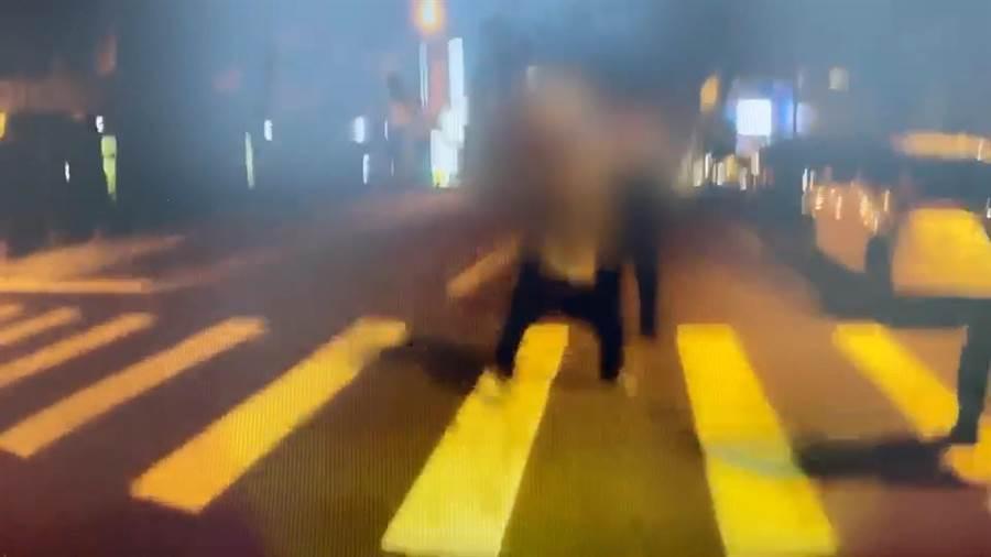 蔡男突然「拔刀」向警方揮舞,警方透過喝斥、噴辣椒水均未能制止,在情急及自保之下,開槍射往蔡男非致命部位,卻意外波及其生殖器。(翻攝照片/莊旻靜新竹傳真)