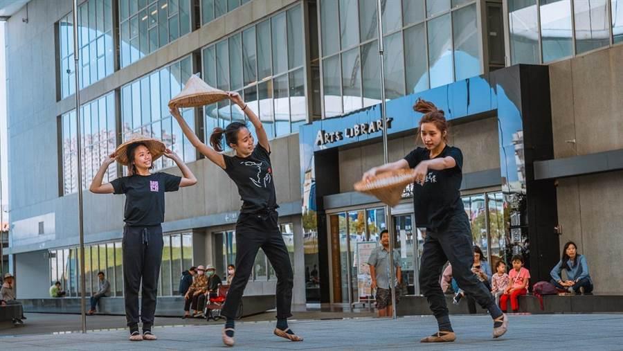 高雄春天藝術節首度推出《舞筵自然》系列節目,讓舞蹈家走出場館、與環境共舞;圖為薪傳兒童舞團《意象大東》彩排情形。(林宏聰攝)