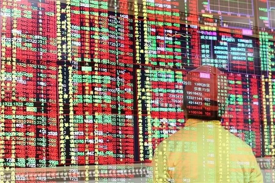 美股暴跌,台股表現卻逆轉「翻紅」,盤中最高來到1萬1032點,終場收在1萬1003點、收復「萬一」大關。(資料照)