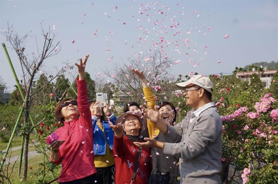 農場14日情人節特別推出專屬情人節遊程,讓遊客與心愛的人沐浴在無毒的玫瑰香氛中。(曙光玫瑰有機農場提供/張毓翎嘉義傳真)