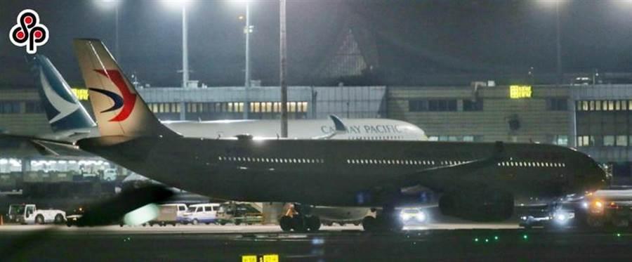 圖為第一波武漢包機2月3日深夜抵達桃園國際機場的情況,由大陸東方航空班機進行載運。(圖/本報系資料照)