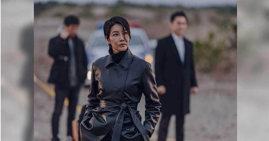 陳瑞妍在劇中穿著以黑色風衣為主,MAN氣爆棚。friDay影音提供