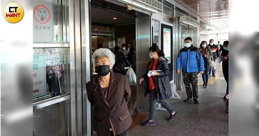 外交部表示,將追加提供駐外館處所需口罩。圖為國內民眾為防疫配戴口罩。(圖/記者王永泰攝)