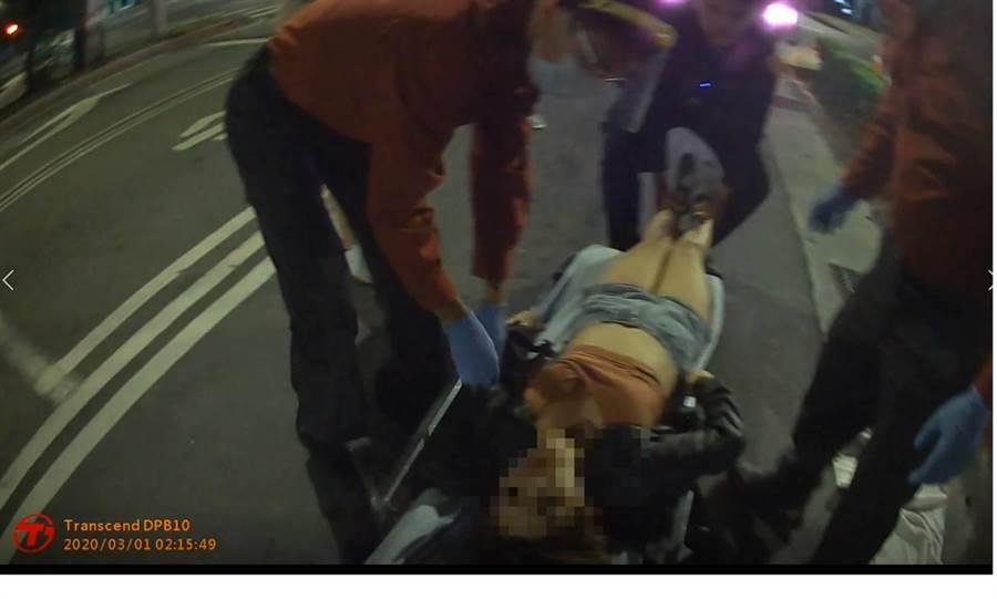 北投士林警分局石牌派出所陳姓員警,剛畢業就以過去擔任救生員所學,成功救回一名酒醉沒有呼吸心跳的年輕女子。(民眾提供/李文正台北傳真)
