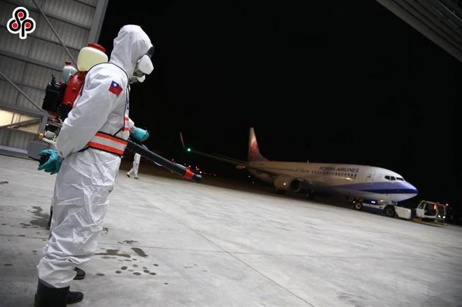 (圖為2月22日鑽石公主號郵輪的台灣旅客,在交通部協助下搭乘華航包機返抵桃園國際機場,由國軍化學兵部隊進行消毒作業。圖/軍聞社提供)