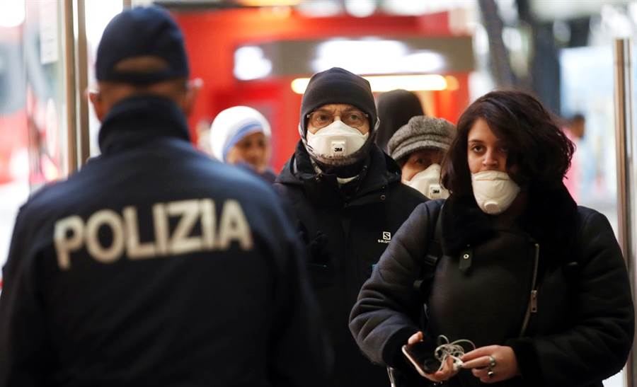 因應新冠肺炎疫情擴大,義大利全國封鎖,官員更描述,醫院出現「海嘯般」病患湧入。(圖/美聯社)