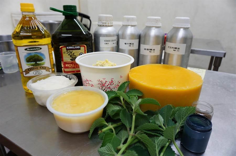 蘇玥潔公開抗菌草本皂成分,包括香草植物「左手香」、多種油品及精油等。(王文吉攝)