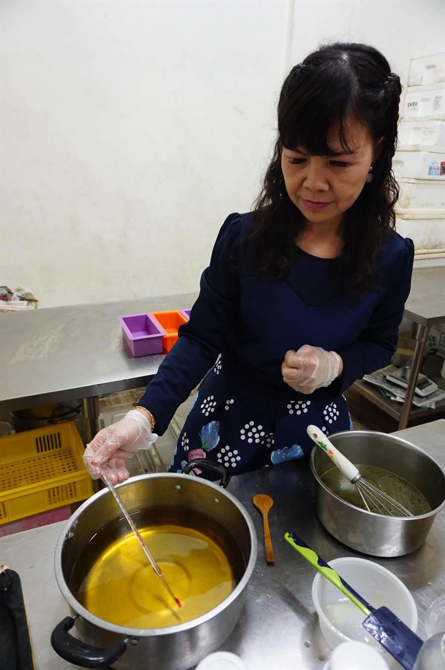 手工皂油品必須加熱40至50度。(王文吉攝)