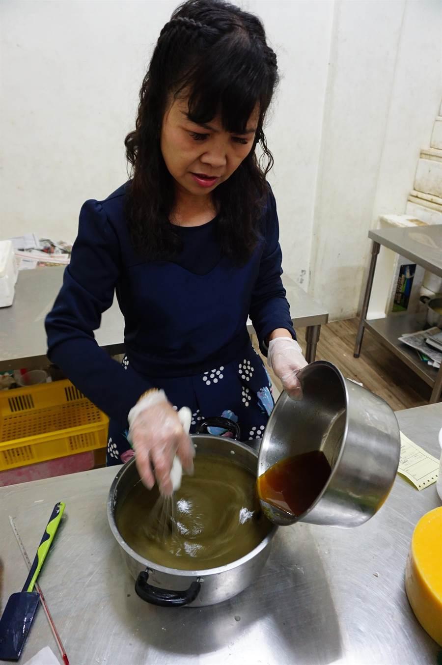 含有左手香的氫氧化鈉液體,與油品混合,過程產生皂化反應。(王文吉攝)