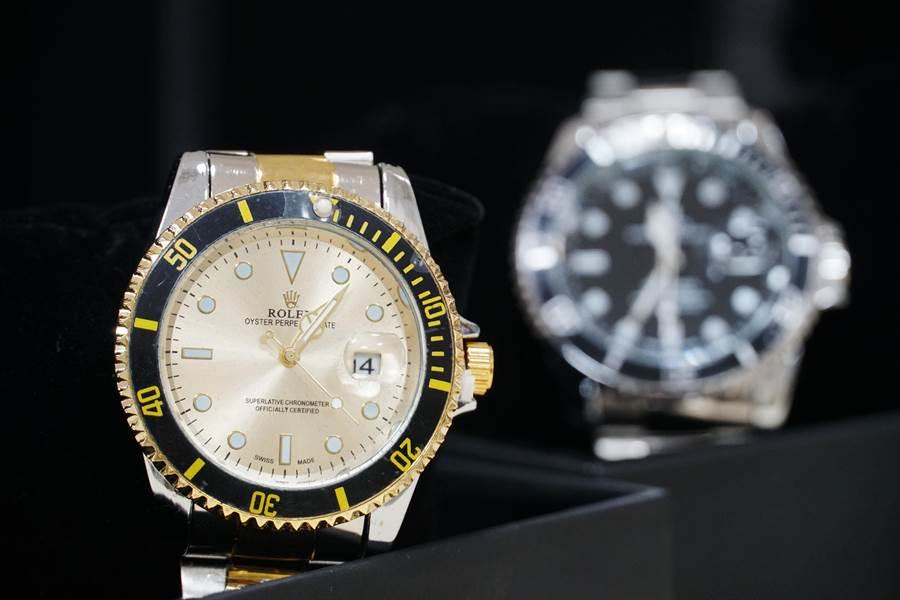 保二總隊刑事警察大隊,年前執行「大掃櫥專案」查獲各式各樣仿冒精品,其中勞力士手錶只要790元保證夾取,明顯是假的。(黃國峰攝)
